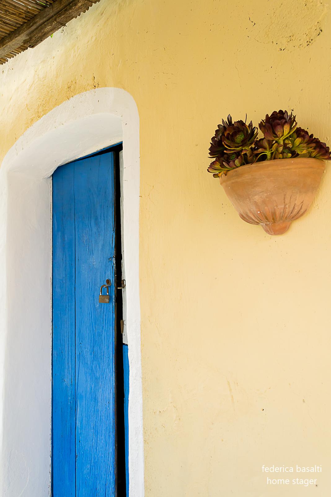 esterno casa vacanze - portone blu - home staging