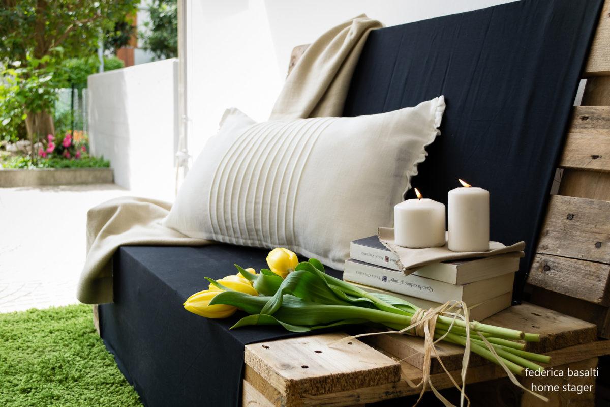 Particolare divano ricavato da pedana di legno - home staging