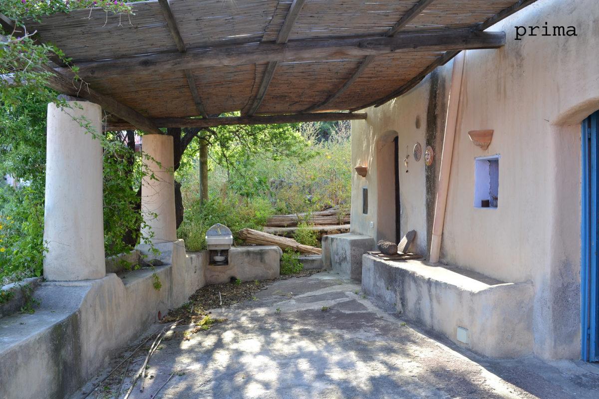Portio esterno di casa vacanze Alicudi prima di home staging