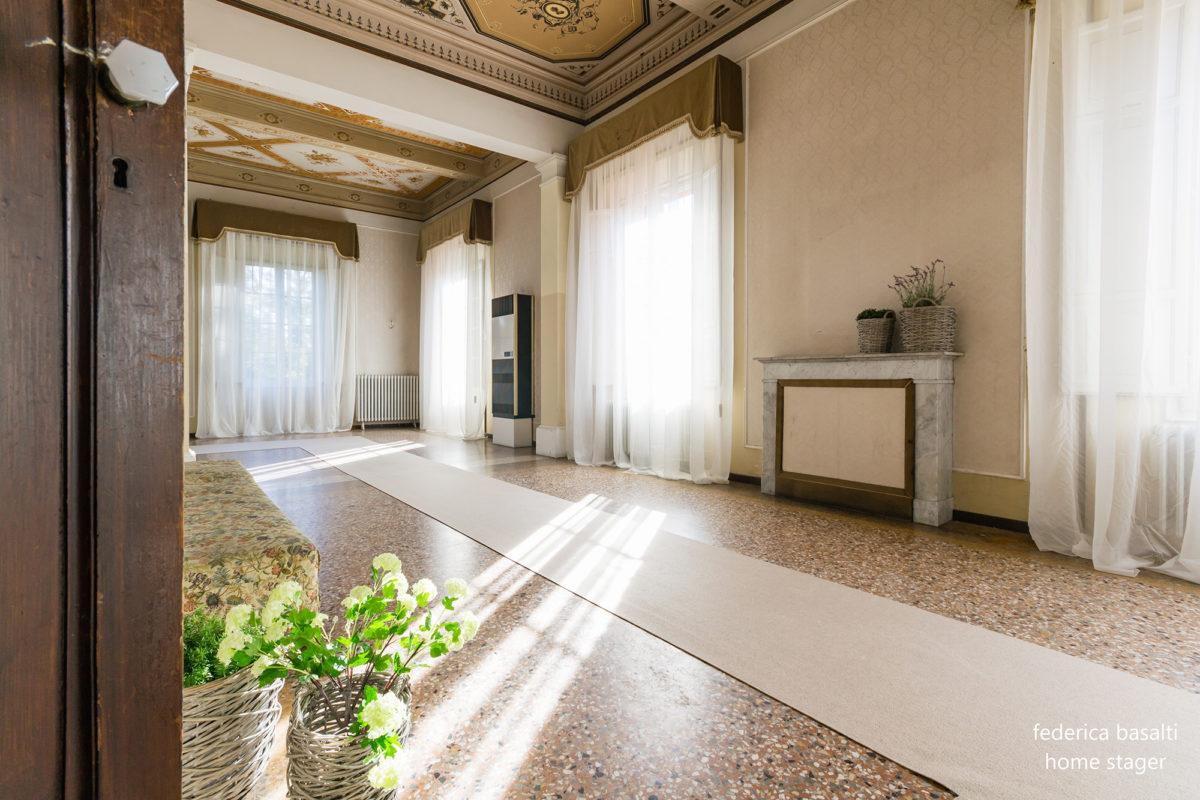 Corridoio con finestre e tende Casa di Pregio - Home Staging