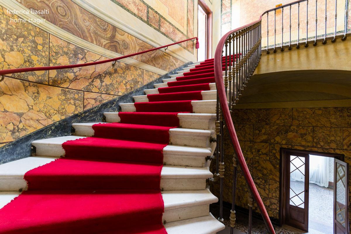 Scala con Tappeto Rosso - Casa di pregio - Home Staging