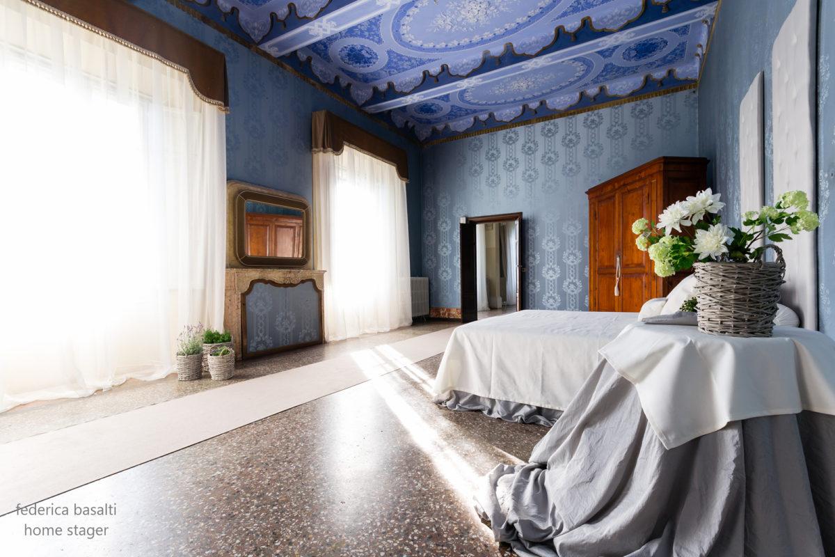 Foto laterale camera da letto in appartamento di pregio - Home Staging