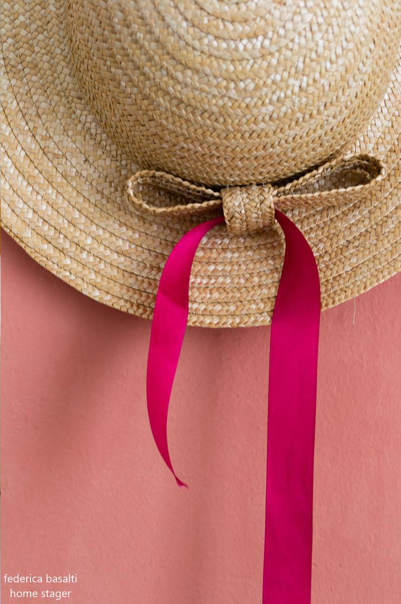 Perché fare home staging - Cappello di paglia appeso al muro